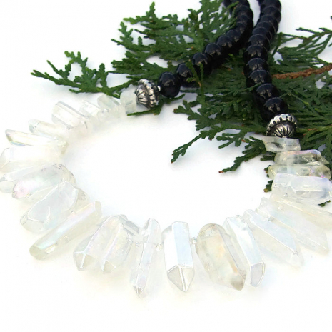 Trendy quartz and agate bib collar necklace for women.